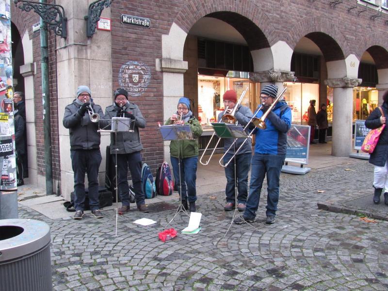 Grupo de músicos que estavam a atuar no mercado de Natal.