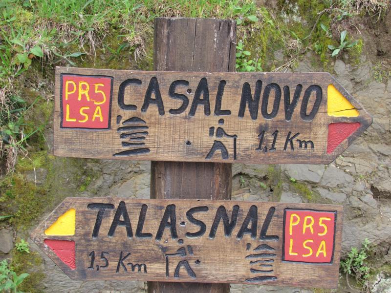 placa indicativa de rota na Serra da Lousã.