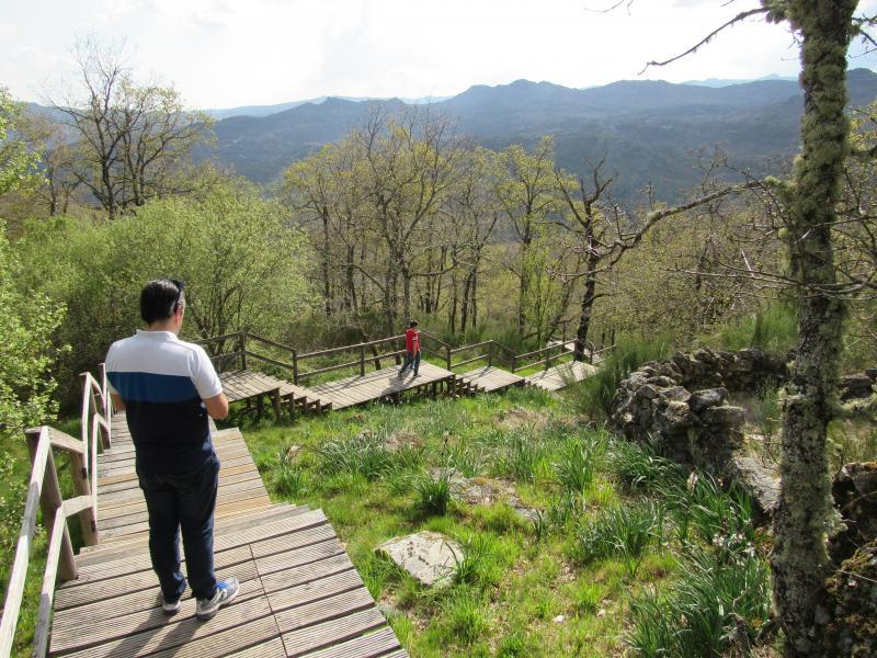 Passadiço de madeira até à cascata de Pitões das Júnias.