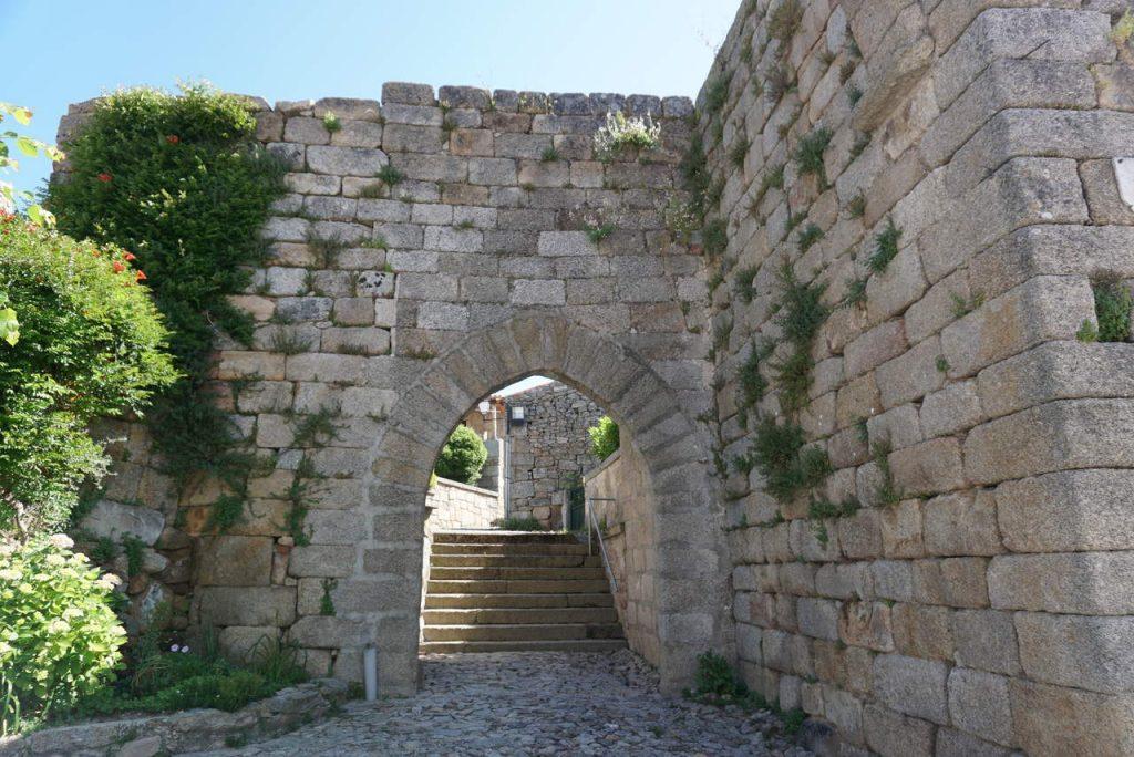 Porta da Vila em Castelo Bom