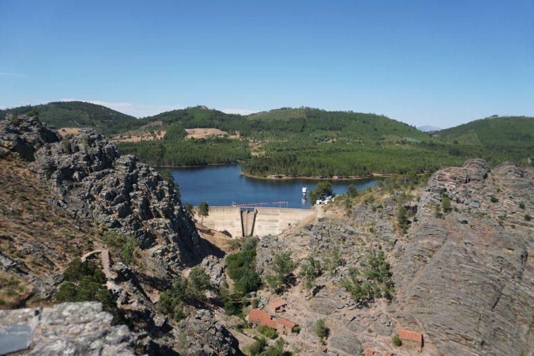 Barragem e albufeira de Penha Garcia.