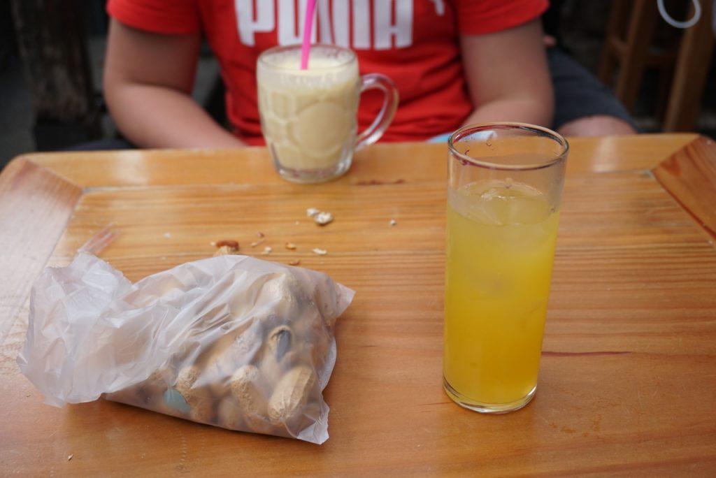 Poncha com gelo e amendoins em Ribeira Brava.
